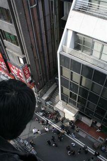 30メートル以上の高さから堀田を挑発
