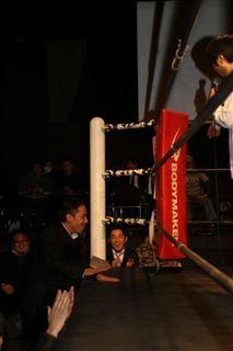 リング取り囲みに参加する田中社長