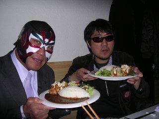 チキン南蛮カレーを手にするサスケ選手と二見