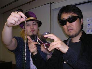 壊されたサングラスを持つ二見と、壊した佐野のネックレスを持つ矢野啓太
