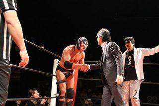 サスケ選手と握手する田中社長